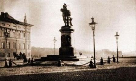 Памятник А.В. Суворову в С.-Петербурге на Марсовом поле. Со старой открытки